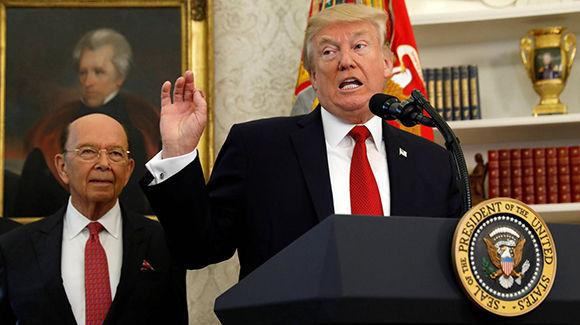 El-presidente-Donald-Trump-con-el-secretario-Wilbur-Ross-Reuters